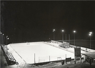 Das waren noch Winter: Bei wochenlangen Minustemperaturen wurde aus dem Tennisplatz am Herrenweg eine Eisbahn.Bild: Stadtarchiv